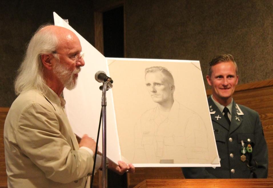 Artist Charles Kapsner and Lieutenant Colonel Børge Gamst. (2018)